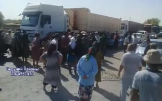 Video: Qoraqalpog'istonda bir guruh fuqarolar Nukus—Toshkent magistral yo'lini to'sib qo'ydi