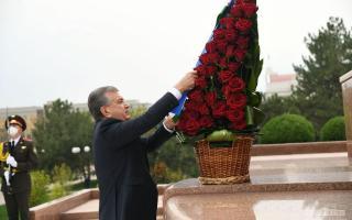 Президент Мустақиллик ва эзгулик монументи пойига гулчамбар қўйди (фото)