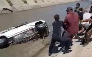 Видео: Самарқандда каналга тушиб кетган автомобиль олиб чиқилди. Машина салонидан ҳайдовчи топилмаган