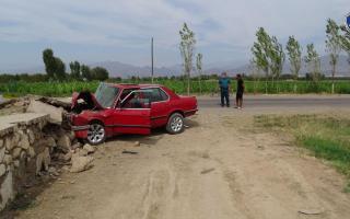 Наманганда «BMW» бетон тўсиққа урилиши оқибатида 2 киши вафот этди, 3 нафар йўловчи касалхонага ётқизилган (видео)