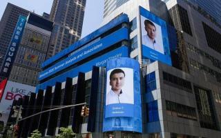 Нью-Йоркдаги Times Square'да жойлашган улкан мониторда андижонлик йигитнинг исм-шарифи ва сурати эълон қилинди