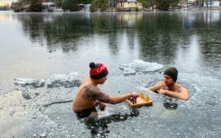 Канадалик икки йигит музлаган кўлда шахмат ўйнади — видео