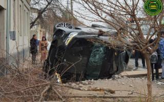Тошкентда ҳайдовчи «BMW X5»ни «столба»га бориб урди — фото