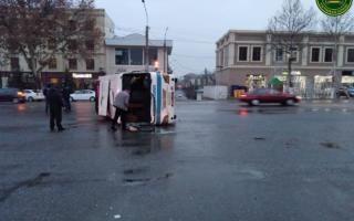 Самарқандда йўловчи автобуси ағдарилиб кетди — фото