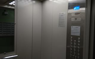 Навоийда 5 киши лифтда қамалиб қолди — видео