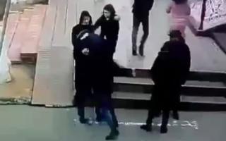 Тошкентдаги «Малика» бозорида фуқаро 27 яшар эркакка «пакки» билан ҳужум қилди — видео