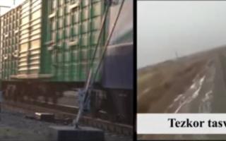 Тошкентда темир йўлда қулоқчин тақиб юрган аёлни поезд босиб кетди — видео
