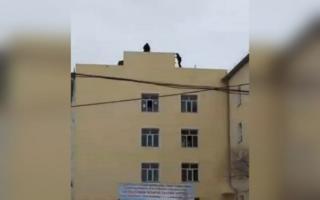 Хоразмда 44 ёшли эркак ўзини баланд бинодан ташламоқчи бўлди — видео