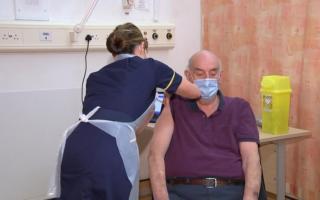 Буюк Британия дунёда биринчи бўлиб коронавирусга қарши «AstraZeneca» вакцинасини қўллашни бошлади — видео
