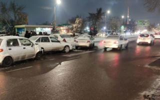 Тошкентда музлама сабаб 6 та автомобиль иштирокида «авария» бўлди — фото