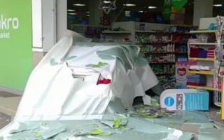 Видео: Қорасувдаги Макро супермаркетининг ичига «Lacetti» кириб кетди