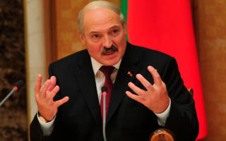Лукашенкo АҚШнинг кузатувидан қочиш учун тугмачали телефон ишлатишга чақирди